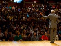 Professor Michael Sandel spricht vor Studenten in Harvard