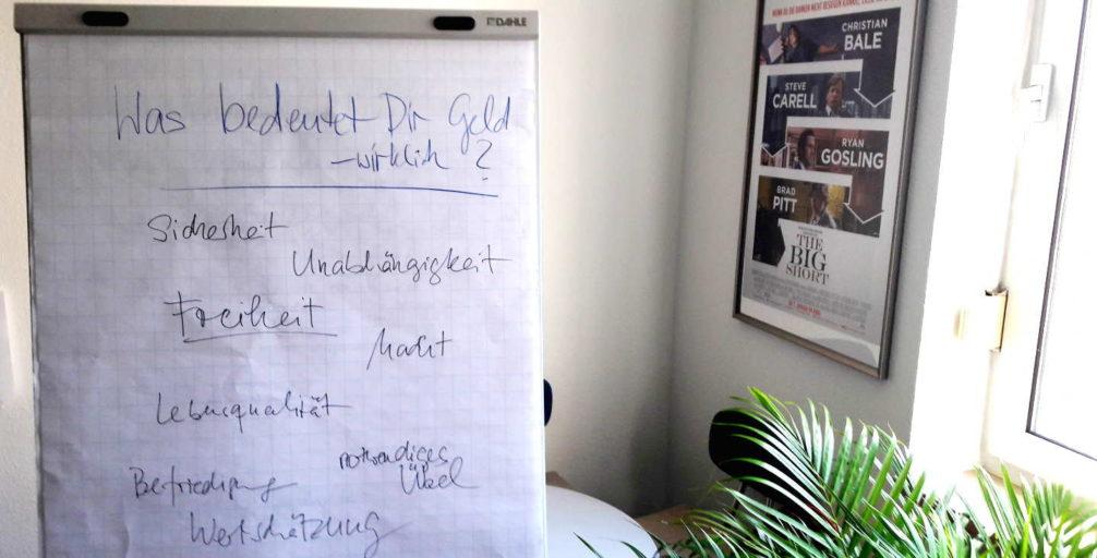 Flipchart im Frauen Geld Workshop: Frage mit Antworten der Teilnehmerinnen