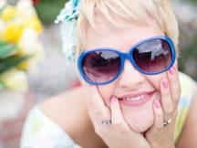 Frau lächelt, Altersarmut bei Frauen ist hoffentlich bei ihr kein Thema.