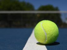 Tennisball liegt auf der Linie. Sieg oder Niederlage?